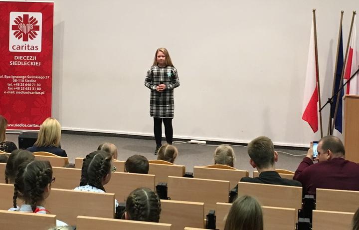 """II miejsce uczennicy """"Czwórki"""" na Konkursie Pieśni Patriotycznej """"Caritas"""""""