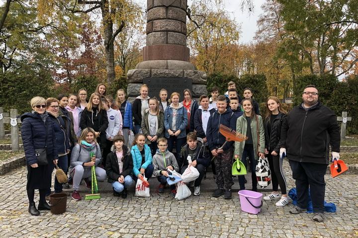 Uczniowie z SP 4 porządkowali Cmentarz Centralny w Siedlcach